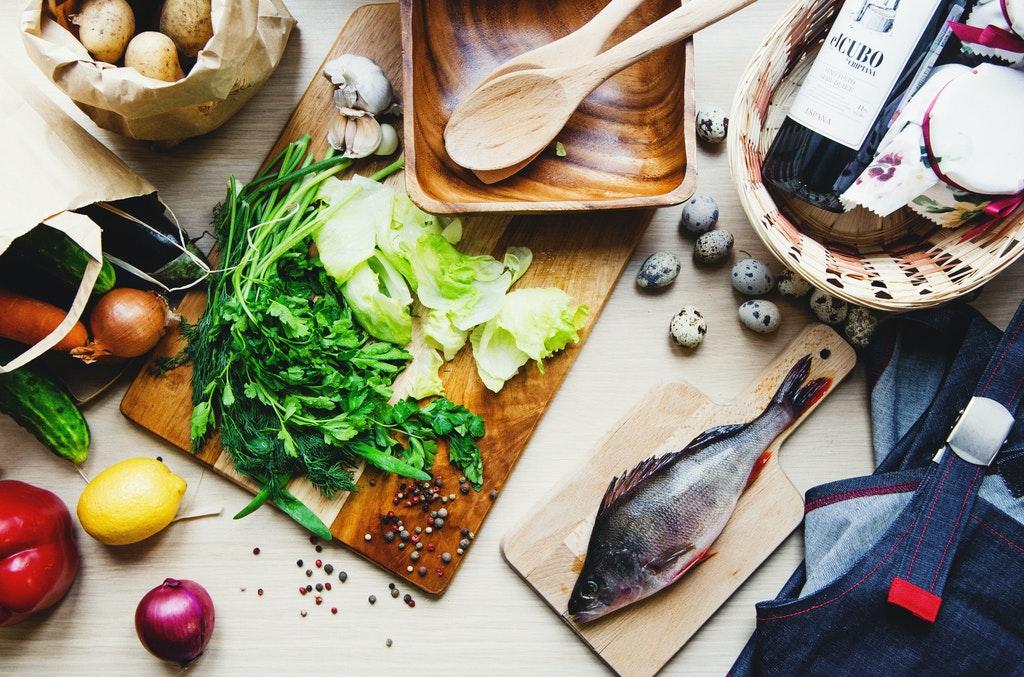Pesce e verdure sulla tavola.